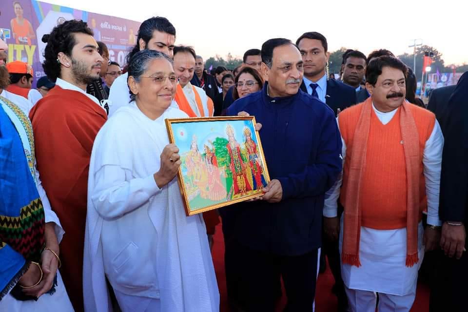 गुजरात के मुख्यमंत्री श्री विजयभाई रुपाणी जी को ईश्वरीय सौगात देते हुवें।अटलादरा वडोदरा सेवाकेंद्र की मुख्य संचालिका बीके अरुणा दीदी
